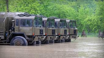 Grösste Bremgarter Investition 2014 ist der Hochwasserschutz, wovon auch diese Armeefahrzeuge in der Au profitieren dürften.  mzm