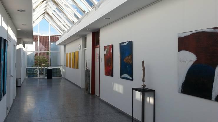 Abstrakte bis realistische Malerei begleitet von Objekte aus Schwemmholz.
