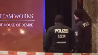 Ermittler im Einsatz nach dem tödlichen Brand in einem Saunaclub in Berlin.
