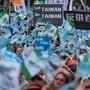 """In Taipeh haben am Samstag Zehntausende gegen den Druck der kommunistischen Führung in Peking auf die demokratische Inselrepublik demonstriert. Auf Bannern stan """"Sag Nein zu China"""" oder """"Keine Schikane mehr""""."""
