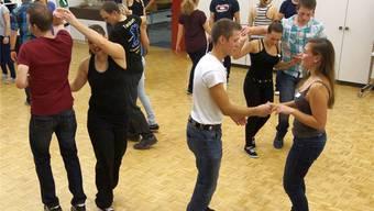 Die Jugendlichen lernen schnell, sich im Rhythmus zu bewegen, und können bald auch einige Figuren. Dominic Kobelt