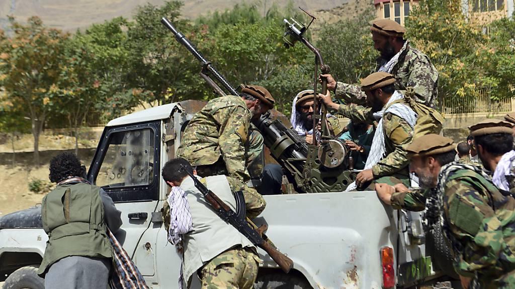 Milizionäre der Miliz von Massoud, Sohn von Shah Massoud, schieben ein Fahrzeug während einer Trainingsübung in der Provinz Pandschir. Eigenen Angaben wollen die militant-islamistischen Taliban die letzte noch nicht unter ihrer Kontrolle stehende afghanische Provinz, Pandschir, erobert haben.