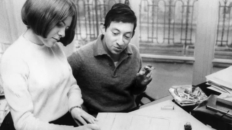 """France Gall 1965 bei der Arbeit mit Serge Gainsbourg in Paris, nachdem sie mit dem Lied """"Poupée de cire, poupée de son"""" beim Eurovision de la Chanson gewonnen hatten. (Archiv)"""