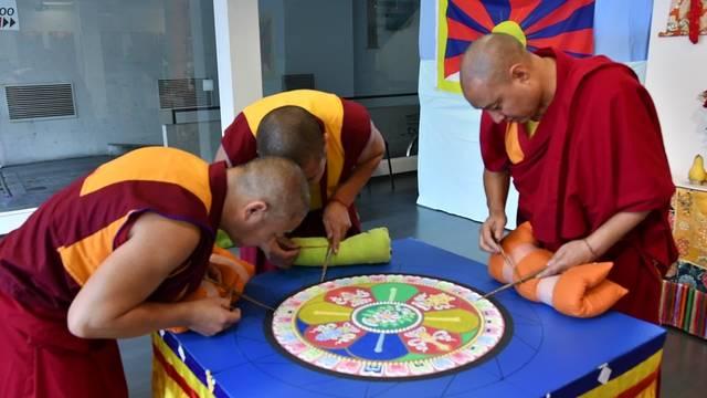 Tibetische Mönche streuen in Olten ein Sandmandala als Symbol der Vergänglichkeit.