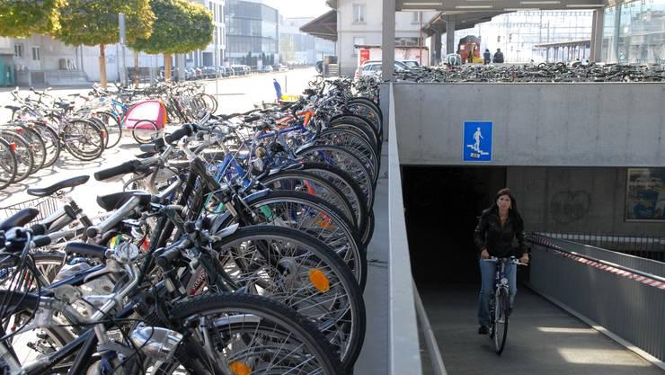 Eine Velofahrerin in Brugg hat die Auswahl aus rund 1000 Veloparkplätzen in unmittelbarer Nähe des Bahnhofs.  Walter Schwager