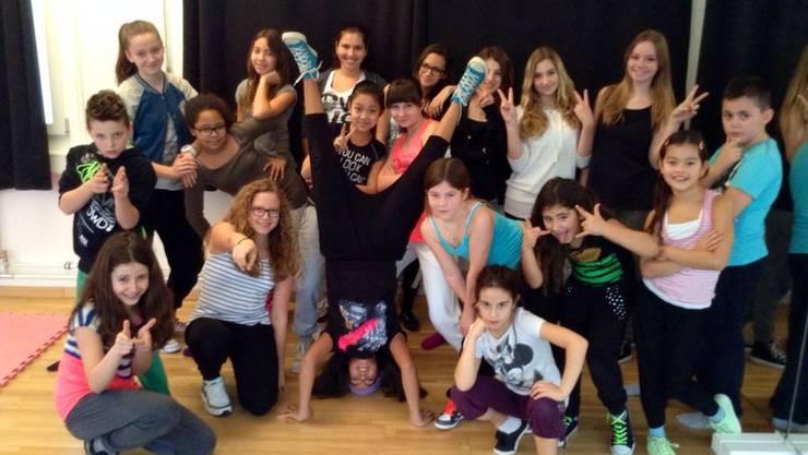 Einige Tänzerinnen und Tänzer der Streetdance-Schule posieren für die Kamera.