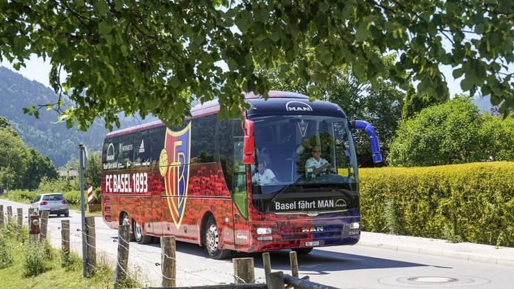 Der Bus des FCB trifft in Rottach-Egern ein.