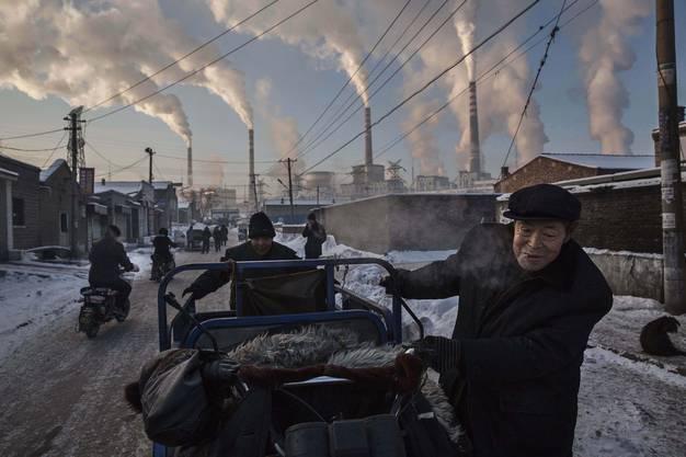 Tägliches Leben/Kevin Frayer (CAN): Chinesische Arbeiter in der nähe des Kohlekraftwerkes bei Shanxi.