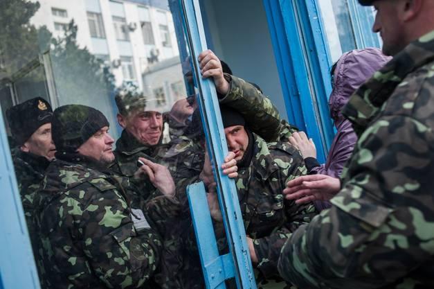 Milizen verschaffen sich Zutritt zum Hauptquartier.