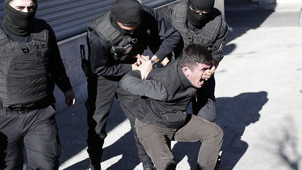 Türkische Polizisten nehmen einen Demonstranten fest in Istanbul - das gleiche Schicksal ereilte drei Akademiker. (Symbolbild)