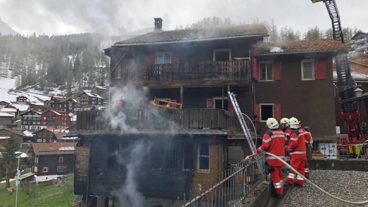 Mehrere Hunderttausend Franken Schaden hat eine Explosion mit anschliessendem Brand in Tschiertschen verursacht. Zwei Männer in den Sechzigern wurden verletzt, der eine schwer. (Foto: Kantonspolizei Graubünden)