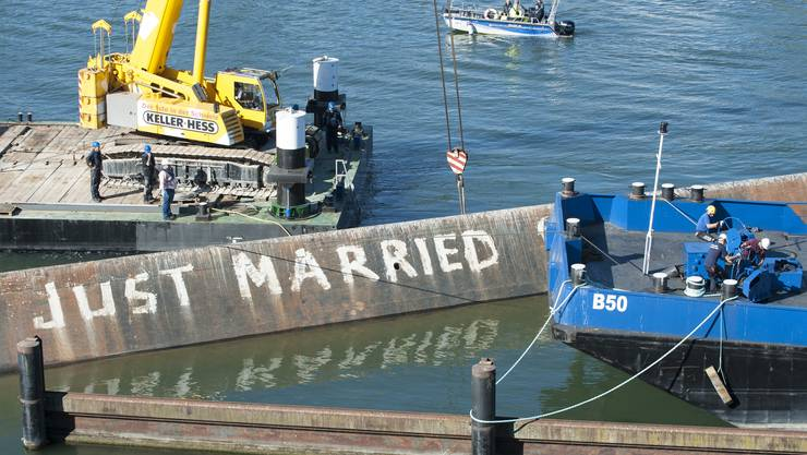 Das Schiff wurde bis jetzt erst 30 Zentimeter aus dem Wasser gehoben.