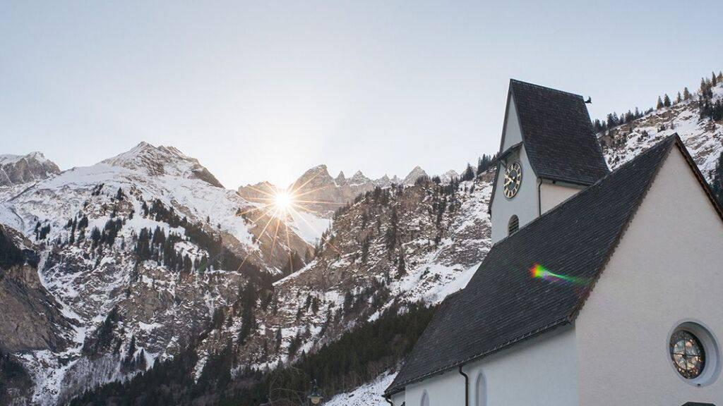 Das Sonnenspektakel im Martinsloch hoch über Elm wird dieses Jahr wegen Corona im Internet übertragen.
