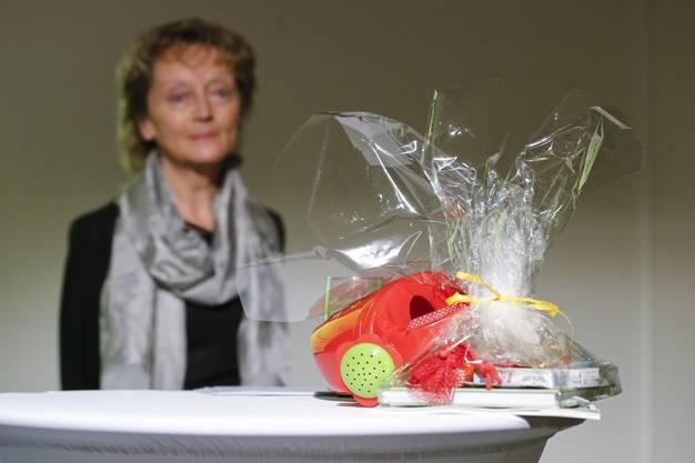 """Ein """"Grossmutter Starter Kit"""" liegt auf dem Tisch vor Bundesrätin Eveline Widmer-Schlumpf nach ihrer rücktrittsrede."""