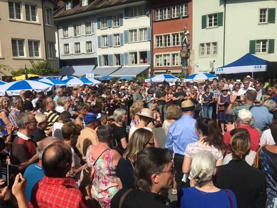 Der Bundesrat macht in Lenzburg Selfies mit der Bevölkerung.