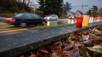 Auf einem Fussgängerstreifen an der Neuhofstrasse nähe der gleichnamigen Bushaltestelle ist am Dienstagabend eine 19-jährige Fussgängerin von einem Rentner erfasst worden und im Spital verstorben. Kerzen erinnern an den Unfall. Aufgenommen am 7. November 2017 in Lenzburg.