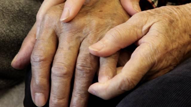 Viele ältere Menschen leiden an der Alzheimer-Krankheit (Symbolbild)