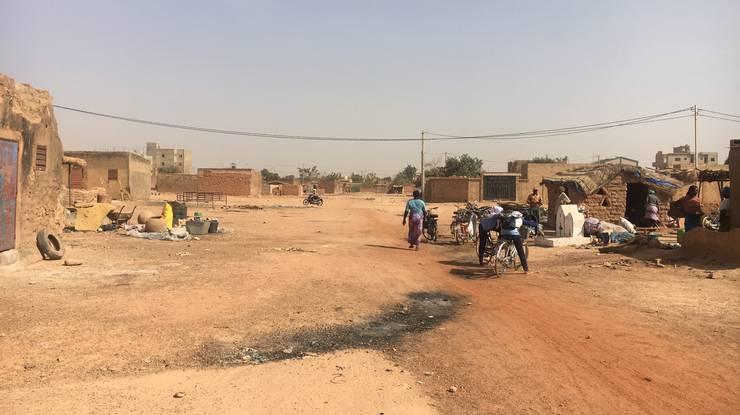 Eine Strasse in der Hauptstadt Ouagadougou (rechts: Bierbrauerei).