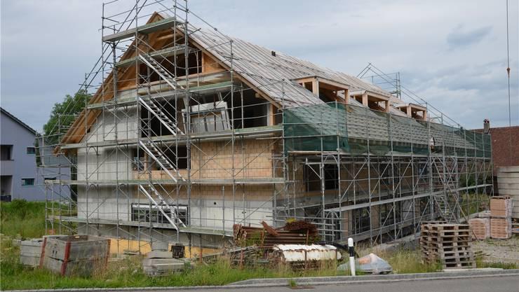 Wegen einem Baustopp geht es bei diesem Neubau im Beinwiler Weiler Wiggwil seit einem halben Jahr nicht mehr weiter. ES
