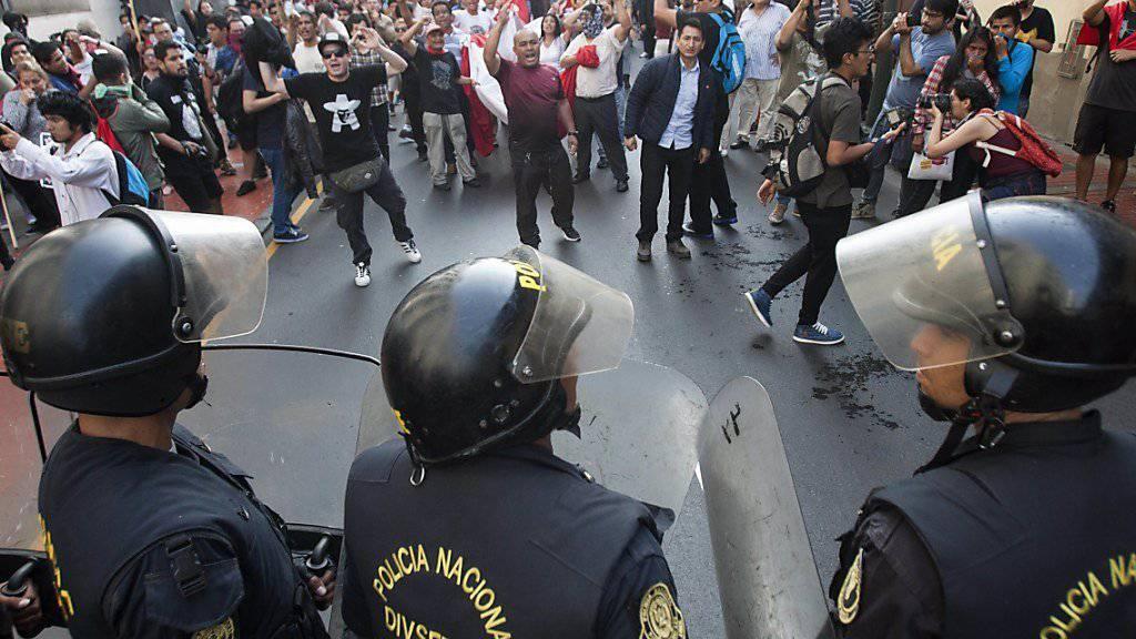 Proteste: In Peru zeigt sich neben Demonstrationen auf Strassen auch Unmut in der Oppositionspartei über die Begnadigung des Ex-Präsidenten Fujimoris.