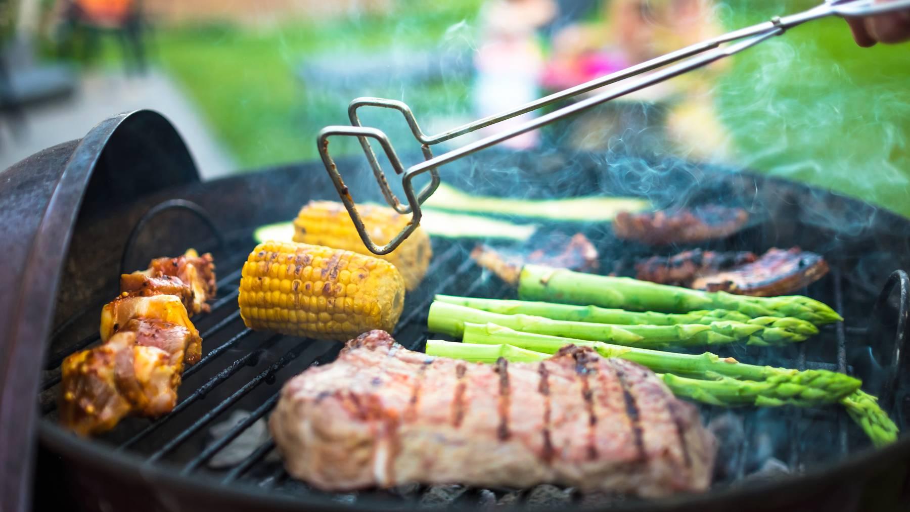 Grillgemüse und Fleisch, wo es hingehört: auf dem Grill. (Symbolbild)