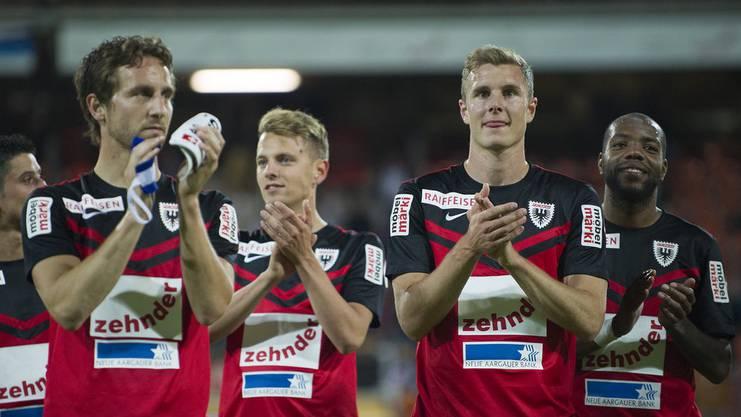 Sandro Burki (links) und Kollegen applaudieren zum letzten Mal in der Super League.