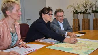 Yvonne Leuppi, Milly Stöckli und Erich Probst (von links) erklären am Ortsplan, wo ab 2018 nur noch 30 und wo 50 kmh erlaubt sein sollen.