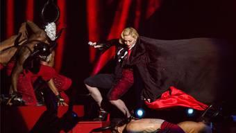 Alternde Diva: Madonna stürzte bei ihrem Auftritt bei den Brit Awards am Mittwoch von der Bühne.Keystone