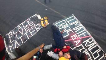 Gemäss ersten Angaben soll die Aktivistengruppe mit Gummibooten über das angrenzende Hafenbecken auf das Flughafengelände gelangt sein.