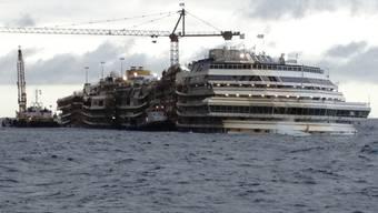 Das aufgerichtete Wrack der Costa Concordia im Januar 2014