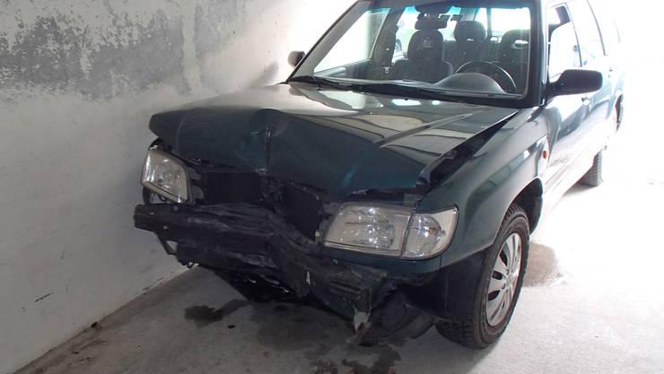 Reinach AG, 22. Juli: Eine Autofahrerin kollidierte in Reinach alkoholisiert mit einer Mauer. Sie fuhr davon, ohne sich um den Schaden zu kümmern.