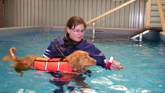 Fabienne Oberli zusammen mit Baykiwa in ihrem   Therapiepool in der neu eröffneten Hunde-Physiotherapie-Praxis in Möriken. (mch)
