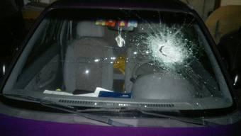 An mindestens 20 parkierten Autos wurden die Scheiben beschädigt oder eingeschlagen. (Symbolbild)