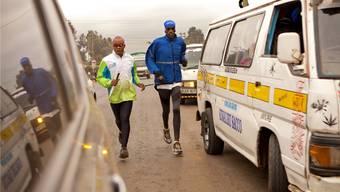 Ein ungleiches Paar: Der blinde Marathon-Läufer Henry Wanyoike (l.) und sein Trainer, Begleiter und Freund Paul.