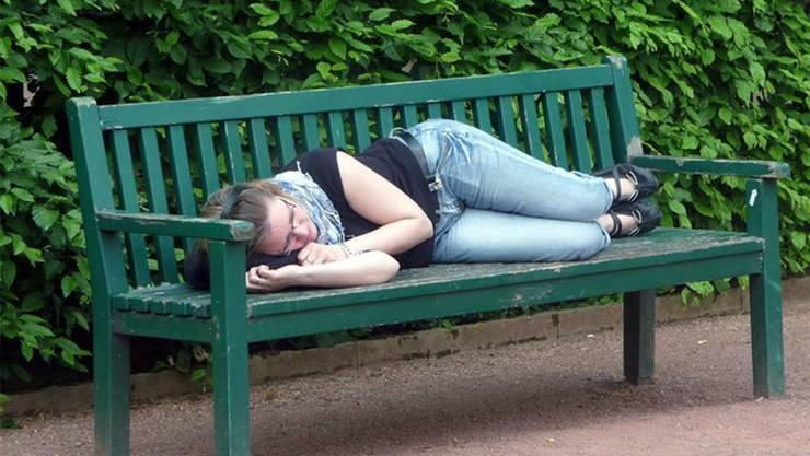 Den Narkolepsie-Patienten fehlt ein Botenstoff: Manchmal schlafen sie sogar irgendwo unterwegs ein.