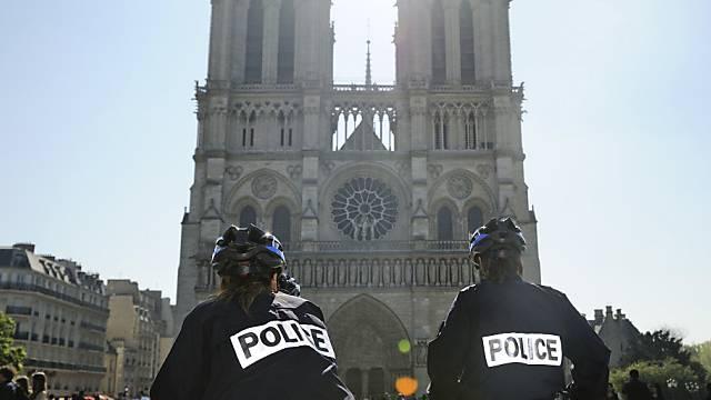 Angst vor weiterem Terror: Polizisten patroullieren in Paris