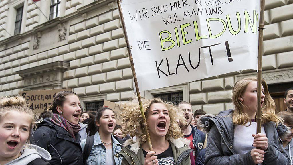 In Luzern demonstrierten am Mittwochnachmittag bei einem Protestmarsch rund 1000 Schülerinnen und Schüler gegen Abbaumassnahmen in der Bildung.