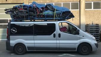 Zu viel aufs Dach gepackt: Dieser Van ist von der Luzerner Polizei bei seiner Fahrt nach Süden auf der A2 gestoppt worden.