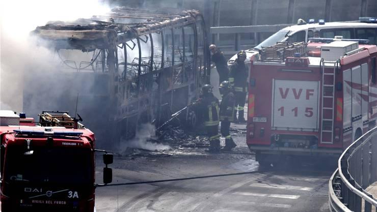 Ein ausgebrannter Bus in Rom: In letzter Zeit keine Seltenheit. Die Fahrzeuge sind marode, immer mehr gehen während der Fahrt in Flammen auf. Imago