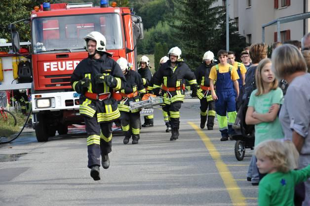 Die Feuerwehrleute eilen zum Einsatzort