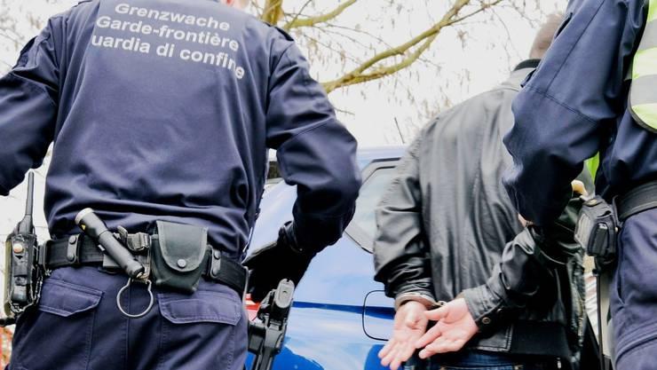 Der Gesuchte wurde festgenommen und der Polizei übergeben. (Symbolbild)