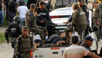 Polizisten haben nach der Schiesserei Verdächtige festgenommen