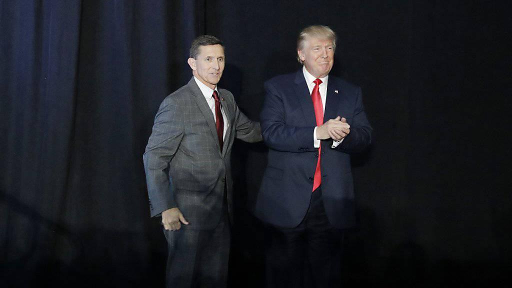 """Armee-General im Ruhestand und Trump-Berater Michael Flynn (links) sieht Gülen als """"Osama bin Ladern der Türkei"""". (Archivbild)"""