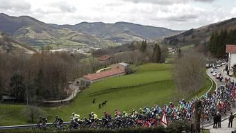 Das Fahrerfeld schlängelt sich durchs Baskenland