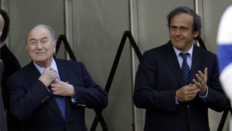 Der Millionendeal zwischen Sepp Blatter (links) und Michel Platini war der bisher spektakulärste Fall für Fifa-Ethikrichter Hans-Joachim Eckert. keystone