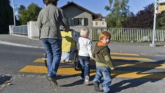 Die OECD rät der Schweiz, ihr Potenzial an weiblichen Arbeitskräften besser auszunutzen. So soll die Kinderbetreuung erschwinglicher werden. (Themenbild)