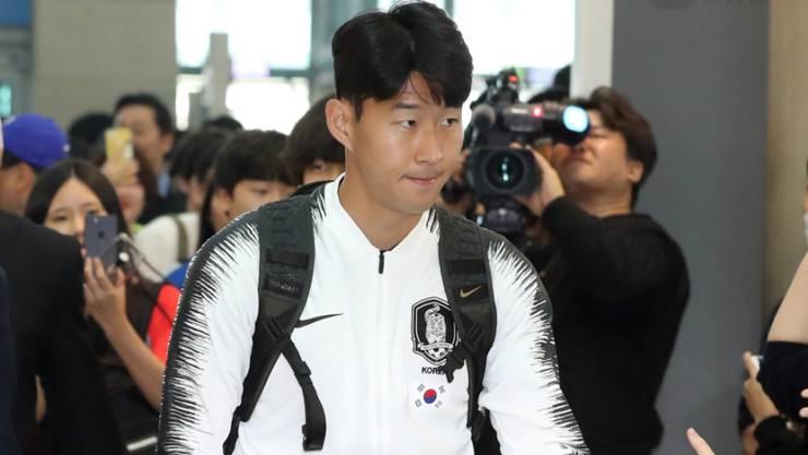 Südkoreas Superstar Heung-Min Son vor dem Abflug am Flughafen in Seoul
