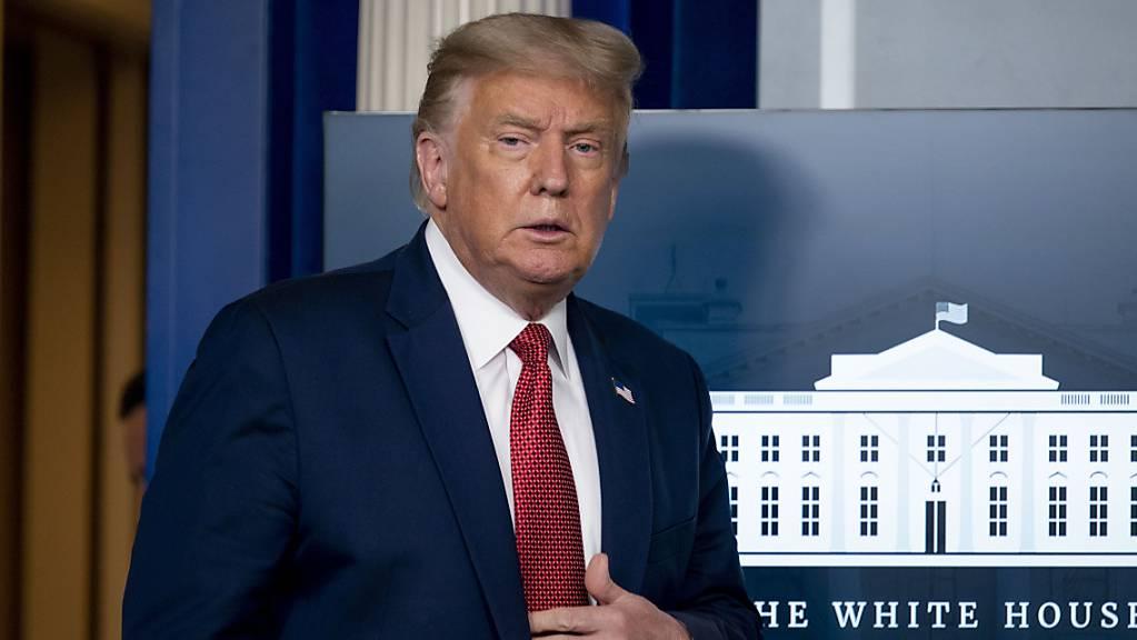 Donald Trump, Präsident der USA, trifft zu einer Pressekonferenz im James Brady-Konferenzraum ein. Foto: Andrew Harnik/AP/dpa