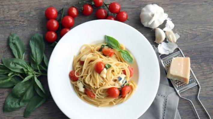 Mediterrane Spaghetti mit Mozzarella, Cherrytomaten und Basilikum