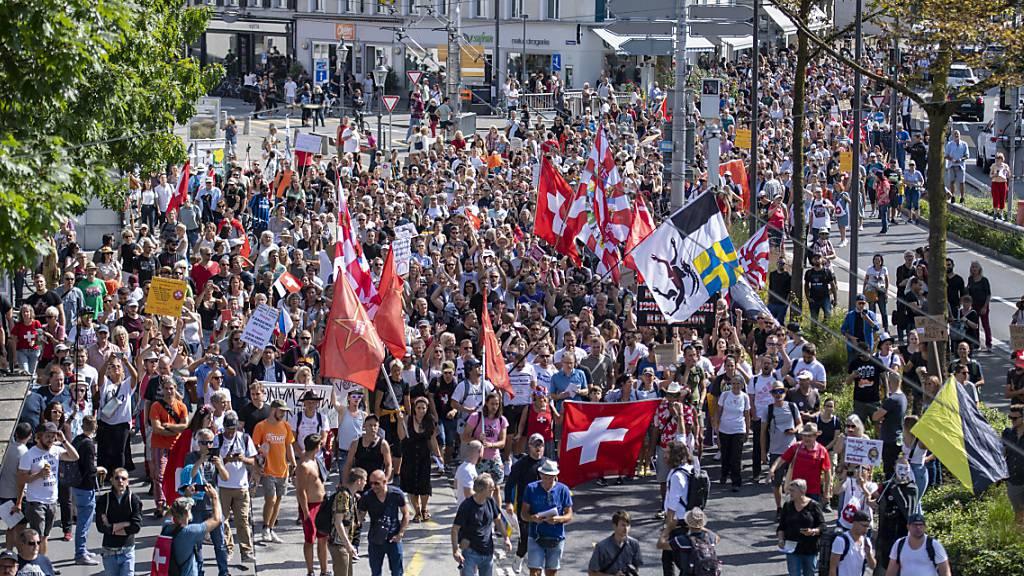 Mehrere 100 Demonstranten protestierten in Luzern gegen die Corona-Massnahmen.